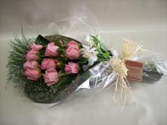 Ramalhete com 12 rosas e verdes.