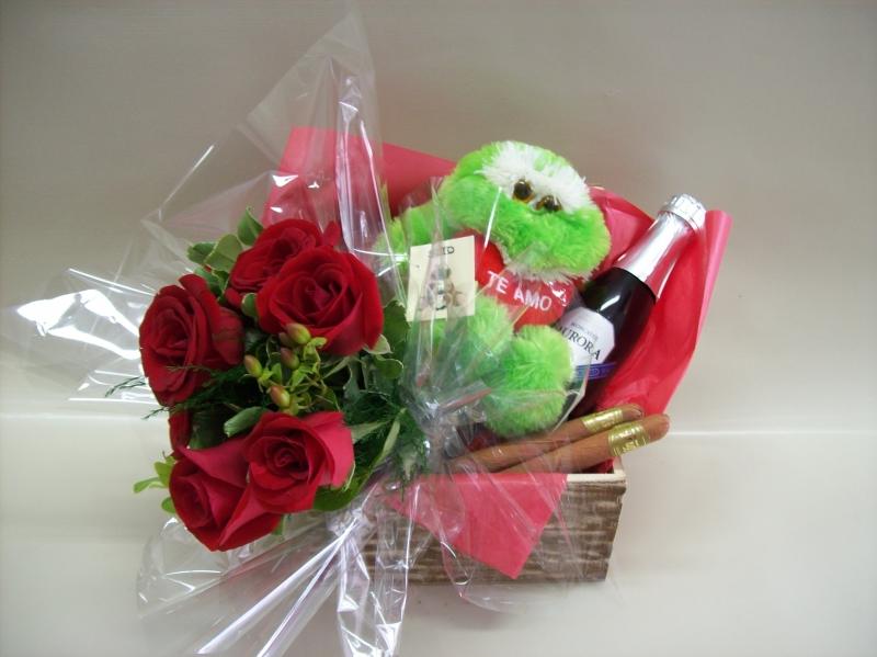 Baú com seis rosas, um sapinho de pelúcia, dois charutos de chocolate e uma