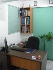 Escritório independente da sala clínica, para evitar contaminação.