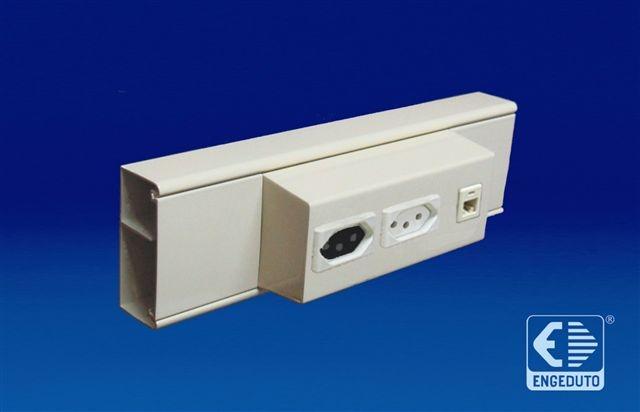 Canaleta em alumínio (70x30mm) com um intersepto descentralizado para tomadas elétricas e RJ45. Acabamento: Pintura branca