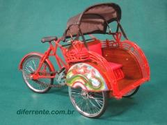Miniatura de pedicab. miniaturas existem muitas no mercado, mas com a qualidade e originalidade igual a esta n�o tem. toda construida em metal. cores lindas e detalhes maravilhosos. acesse agora www.diferrente.com.br e veja as outras sujest�es.