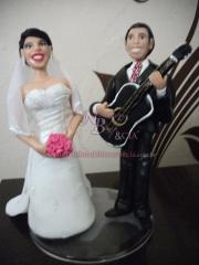 Noivos de biscuit para topo de bolo em casamento é na noivinhos de biscuit e cia.noivos de biscuit personalizados, topo de bolo para casamentos e aniversários, lembranças para casamento, aniversários, 15 anos e festas.