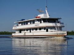 Barco almirante navegando