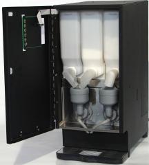 Maquina minisix aberta com 3 recipientes para ingredientes.