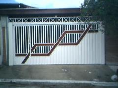 Portão de metalon com chapa painel e desenho em madeira