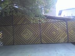 Portão desenhado em madeira
