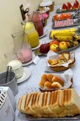 A pousada oferece um delicioso café da manhã self-service