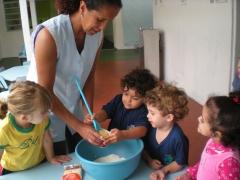 Atividade de culinária com os alunos do maternal