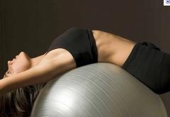 A pratica de pilates  traz vários benefícios, como o aumento de controle e auto estima, controle de estrés e dores nas costas.