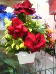 Requintado arranjo de rosas colombianas em caxipo de madeira