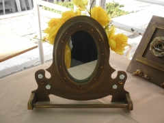 espelho emoldurado com detalhes