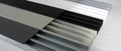 As canaletas metálicas ou também conhecida linha aparente da valemam apresenta uma solução integral para distribuição do cabeamento de energia, voz, dados e imagens. seus angulos retos proporcionam flexibilidade em todo sistema de instalação, evitando quebra em futuras alterações de lay-out. o trecho reto é composto por base e tampa, fabricados em aÇo 1010/1020, zincada por imersão a quente conforme nbr 7008. em seu acabamento final as peças recebem pintura elétrostatica, com opções de cores que melhor combinam com cada ambiente.