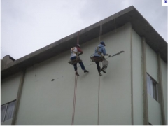 Descendo na corda restaurando as paredes