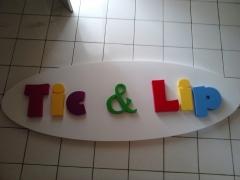 Letreiro tic & lip - placa  letra caixa em acrílico