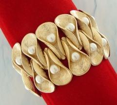 Bracelete ibiza conchas banhado a ouro com pérolas sintéticas e fundo texturizado