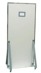 Biombo reto do tipo divisória pb, fabricado com painel tipo colméia e acabamento em formidur na cor branco, estruturada em perfil de aço tratado e pintado na cor branco, com lençol de chumbo refinado com 2,0mm de espessura e teor de pureza 99,985% e com visor de vidro plumbífero importado de 10x15cm e pode ser montado sobre rodízios para fácil locomoção. medidas: 2,10x0,80m.