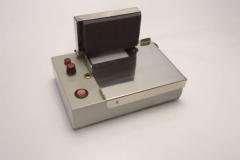 Identificador radiográfico eletrônico para utilização em câmara escura, permite identificação dos filmes através de fichas. com ajuste de luminosidade, acompanha placas de chumbo para isolamento da área identificada. alimentação (   ) 110v ou (   ) 220v