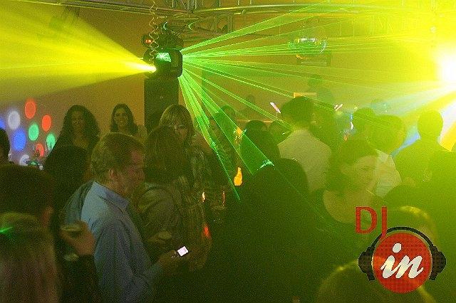 Clientes animados com a sonorização e iluminação da DJ IN