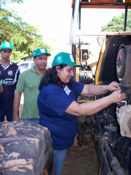 MULHERES FAZENDO CURSO DE MANUTENÇÃO DE TRATORES