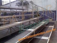 Aluguel e montagem de: Arquibancada, passarela, tablados, grades de isolamento