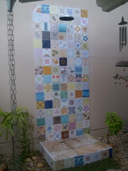 Foto azulejos antigos em patchwork de ducha no jardim - Azulejos para duchas ...