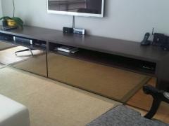 aparador de sala com portas de vidro bronze