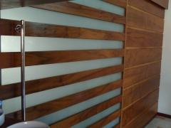 divisoria com porta de correr de vidro intercalados