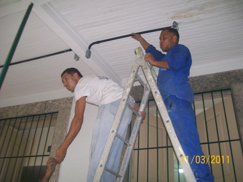 Preparando duto para colocação de luminária