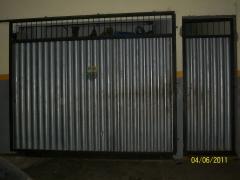 Portão todo fechado com abertura na lateral
