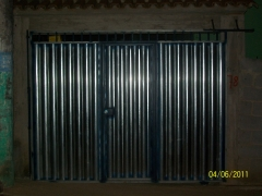 Portão todo fechado com uma porta no meio