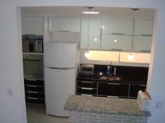 Cozinha toda em vidro branco e proto super moderno.Bento Designer