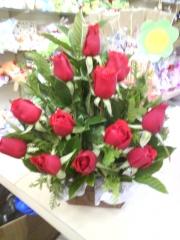 Lindo arranjo de rosas vermelhas especialmente para pessoas apaixonadas