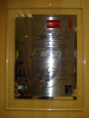 Placa de homenagem, em aço baixo relevo, com acrílico pela frente.