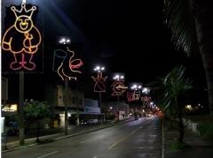 Rua decorada e iluminada para o carnaval