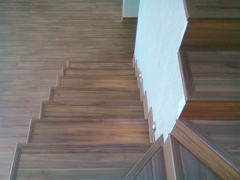 Piso laminado reveste escada