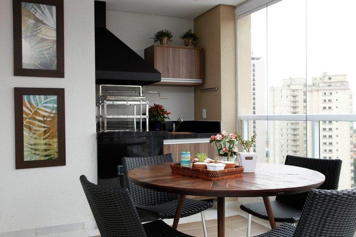 churrasqueira de varanda com coifa e grill elevação. Projeto dos arquitetos Marcos Biarari e Marcos Contrera