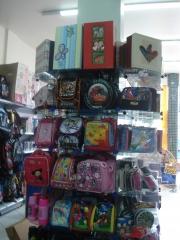 Lancheiras e caixas p/ presentes de diversos tamanhos e formatos.