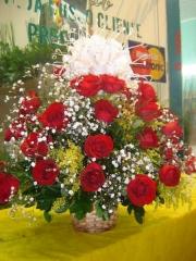 Cesta com 30 rosas vermelhas,tangos,chuvas de prata e laço