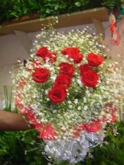 Buque de rosas vermelhas com gipsofila e crepon