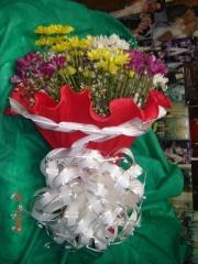 Flores do campo no crepon chuvas de prata e laço branco ou.
