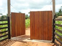 Portão de madeira de ipe