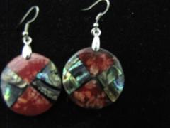 Brinco pedra coral com abalone em prata.