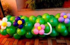 Decoração de bexigas - canteiro com flores.