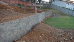 Execução de contenções em pedra, blocos e concreto.