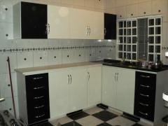 Cozinha em compensado revestido em f�rmica nas cores branca e preta