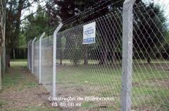 Construção de cercado em alambrado