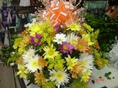 Cesta de vime redonda 40x40 de flores do campo coloridas e laço