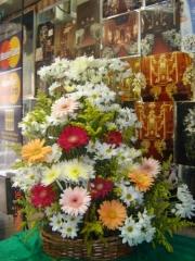 Corbeile de flores do campo com gerberas coloridas