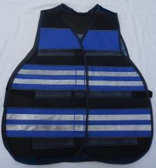 Colete refletivo confeccionado em tela de poliester com faixas horizontais na cor azul royal e retrorrefletivos na cor cristal