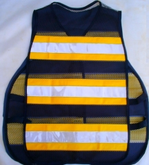 Colete refletivo confeccionado em tela de poliester com faixas horizontais na cor amarela e retrorrefletivos na cor cristal